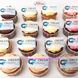 Minicupcakes corporativos con logo cream finance | Amelia Bakery