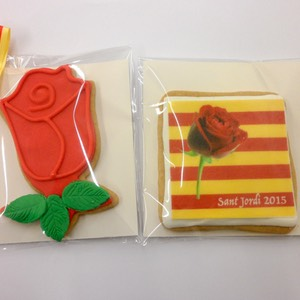 Galletas-decoradas-fondant-rosa-sant-jordi-amelia-bakery_water