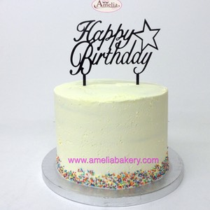 Pastel cumpleaños con topper happy birthday | Amelia Bakery