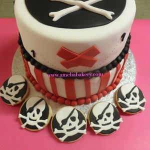 Pastel-tarta-decorado-fondant-pirata-con-galletas_water